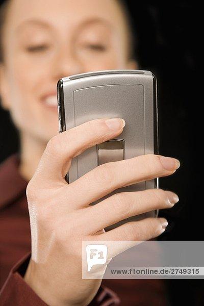 Geschäftsfrau Text-messaging und lächelnd
