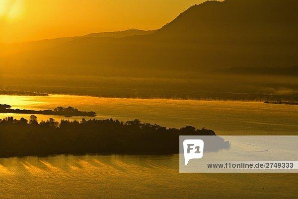 Panoramablick auf einem See in der Dämmerung  Janitzio Insel  Lake Patzcuaro  Morelia  Michoacán Bundesstaat México