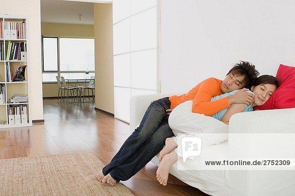 .Paar auf dem Sofa im Wohnzimmer schlafen
