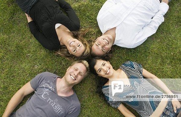 Frauen und Männer auf dem Rasen liegend
