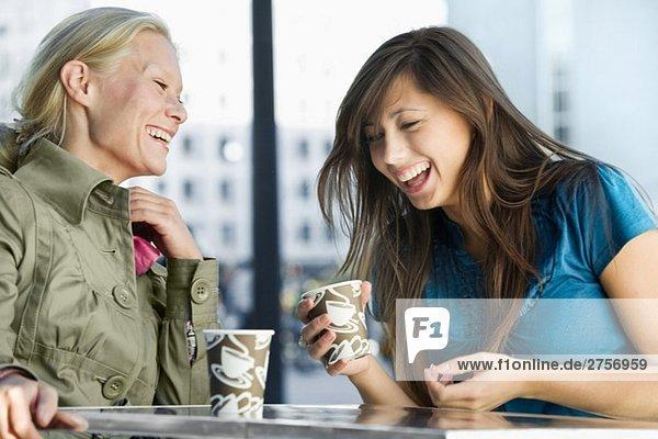 Zwei Freunde  die zusammen lachen.