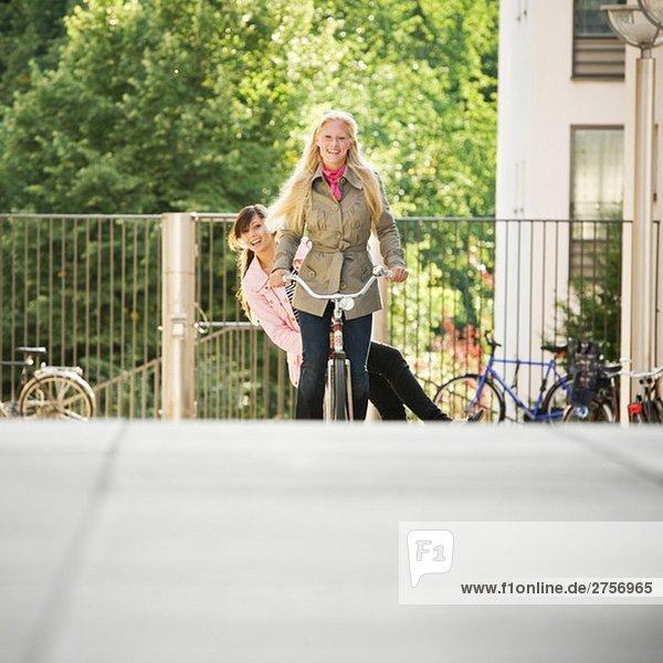 Zwei Mädchen auf einem Fahrrad