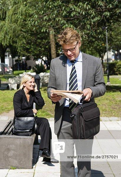 Geschäftsmann und Geschäftsfrau im Park