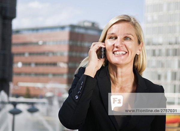 Glückliche Geschäftsfrau am Telefon