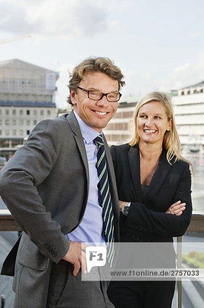 Glücklicher Geschäftsmann mit Geschäftsfrau