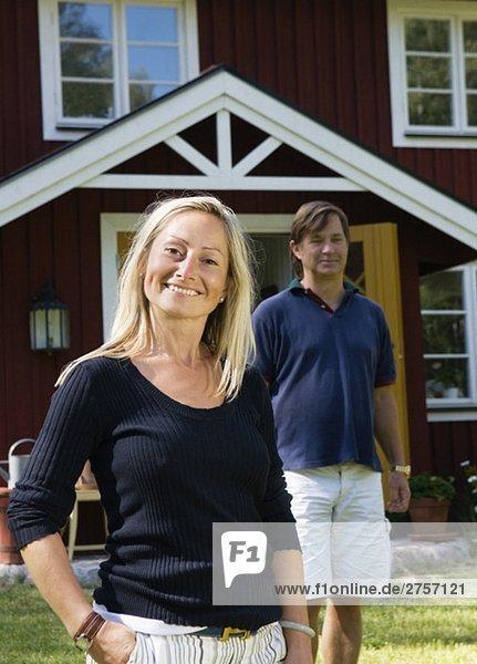 Frau und Mann vor dem Haus