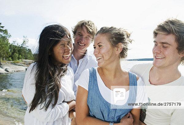 Glückliche Freunde am See