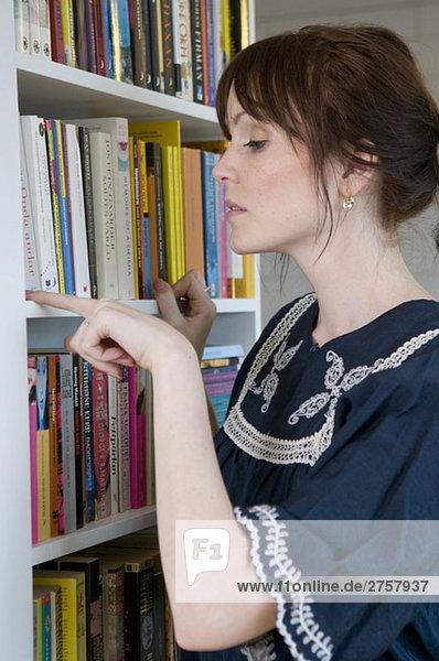 Frau und Bücherregal