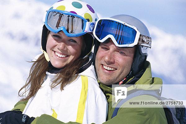 Ein paar Skifahren in den französischen Alpen.