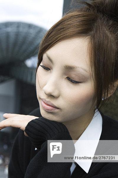 Junges Weibchen ruht Kopf auf Kinn  Augen geschlossen  Portrait