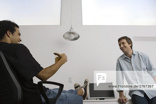Männer entspannen sich im lässigen Büro