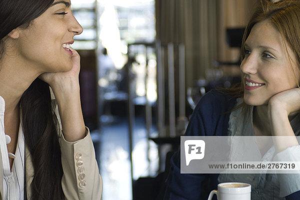 Zwei Freundinnen beim Kaffee und Plaudern im Café