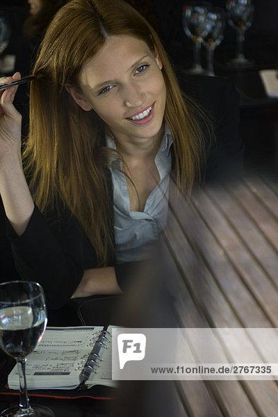Frau im Café sitzend