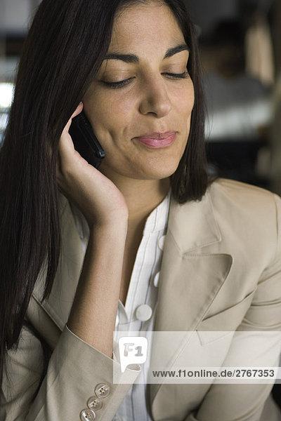Frau mit Handy  Portrait  Mund