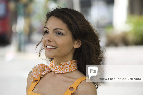 Junge Frau mit Schal um den Hals  lächelnd  Portrait