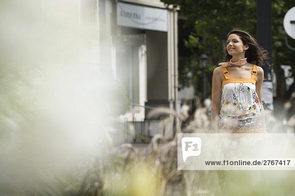 Junge Frau beim Spaziergang im Freien  selektive Fokussierung