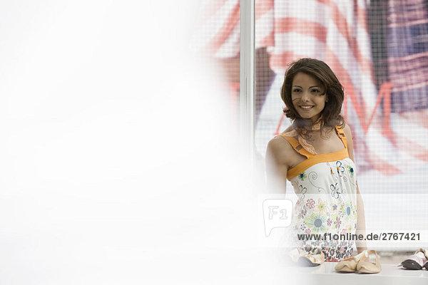 Junge Frau Schaufensterbummel  Fokus auf den Hintergrund