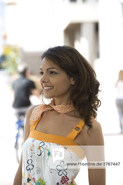 Junge Frau lächelt im Freien