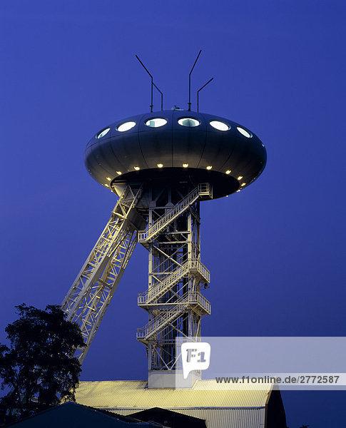 10850183  Deutschland  Lunen  Ruhr Gebiet  North Rhine-Westphalia  Zentrum  LuNTEC  IBA Forschungsprojekt  Emscherpark  Luigi Colani  Design  Turm  Gerüste  bilden  Form  UFO  Nacht
