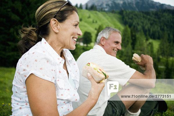 Portrait von reifes Paar mit Picknick in den Bergen