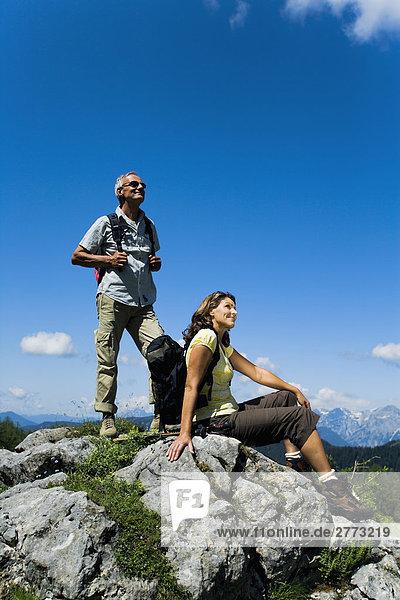 reifes Paar auf Rock in den Bergen