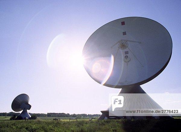 Satellitenschüsseln auf Landschaft
