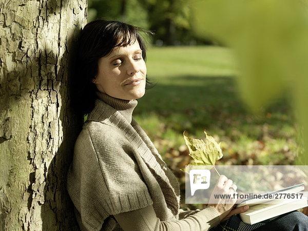 Nahaufnahme Frau ruhelosigkeit gegen Baum