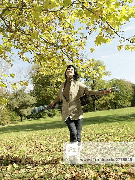 Reife Frau lächelnd im park