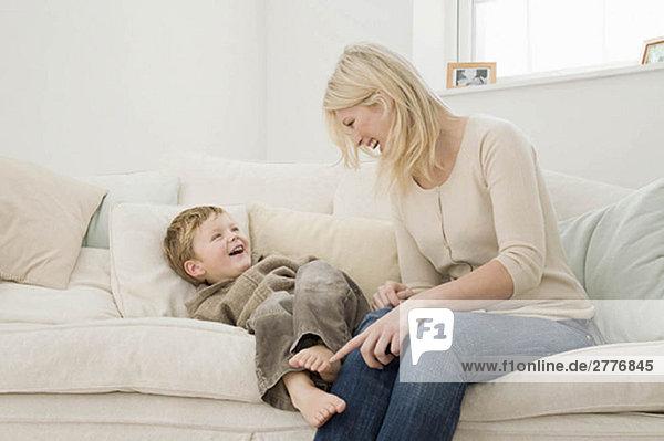 Eine Mutter  die mit ihrem Sohn spielt.