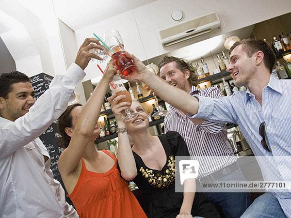 Freunde sitzen an der Bar und trinken