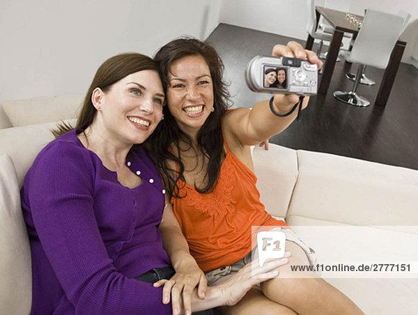 Frauen auf der Couch beim Selbstporträt