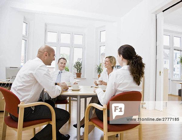 Mitarbeiter im Gespräch über ein Meeting