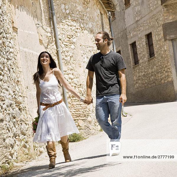 Mann und Frau beim Gehen und Händchenhalten