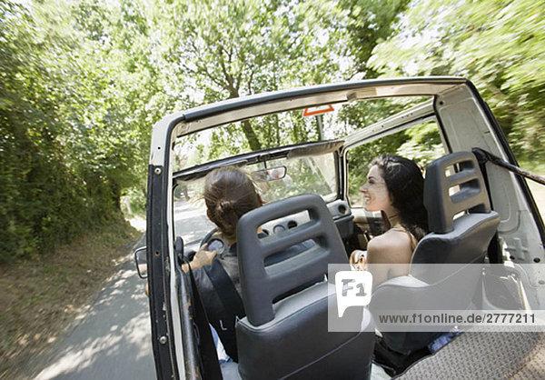 Mann und Frau beim Fahren im Jeep