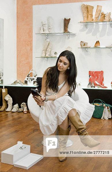Frauen beim Einkaufen von Schuhen
