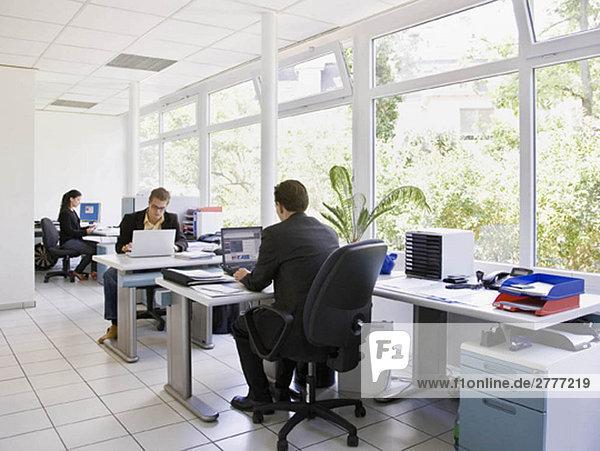 Mitarbeiter im geschäftigen Büro