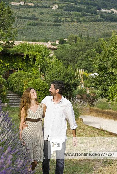 Porträt eines Paares beim Spaziergang im Garten