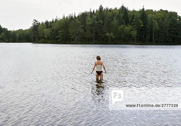 Frau im See stehend