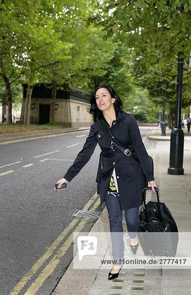 Geschäftsfrau ruft Taxi