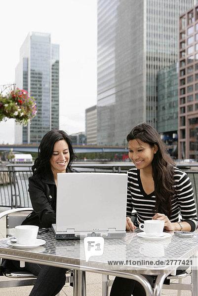 Treffen der Geschäftsfrauen im Café