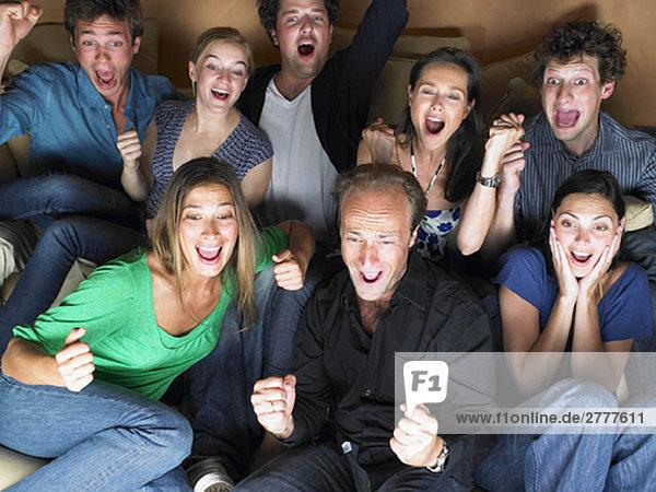 Gruppe von Freunden beim Fernsehen