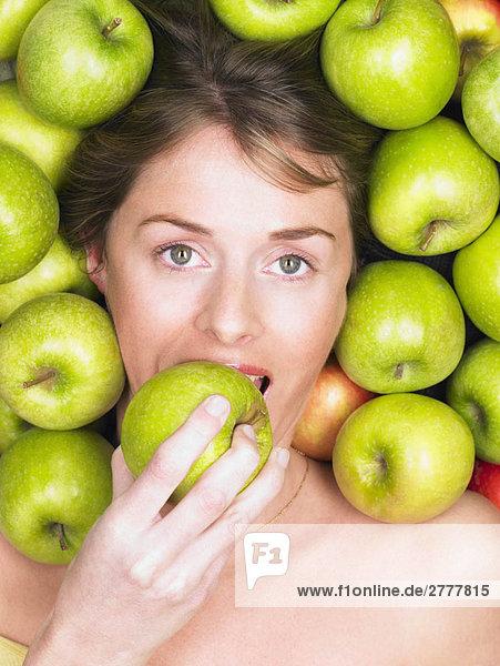 Frau beißt in den Apfel