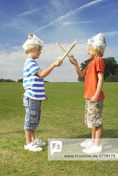 Jungen mit gekreuzten Schwertern
