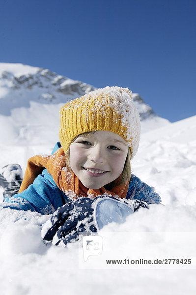 Kind im Schnee spielen