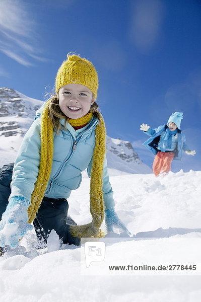 Porträt von Mädchen lächelnd auf verschneiten Landschaft