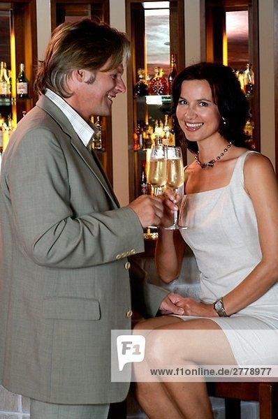 Paar stößt mit Sekt an