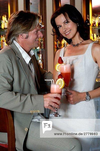 Paar trinkt Cocktails in einer Bar