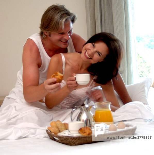 Paar beim Frühstück im Bett