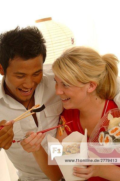 Paar mit asiatischen Essen