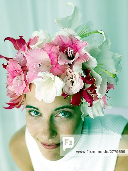 Frau mit Blütenmütze